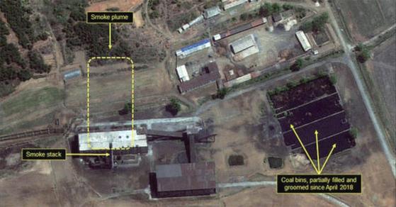 미국의 북한 전문매체인 38노스가 지난해 8월 공개한 상업인공위성 영상. 북한 영변 핵단지 재처리시설 화력발전소에서 옅은 연기가 피어오르고 있다.  [사진 38노스]