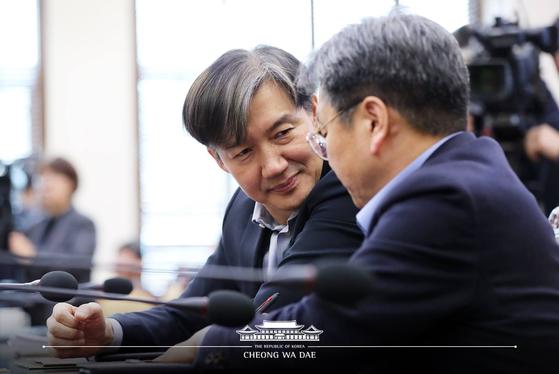 조국 청와대 민정수석이 2월 25일 오후 청와대 여민관에서 열린 수석·보좌관 회의 전 강기정 정무수석과 대화하고 있다. (청와대 페이스북)