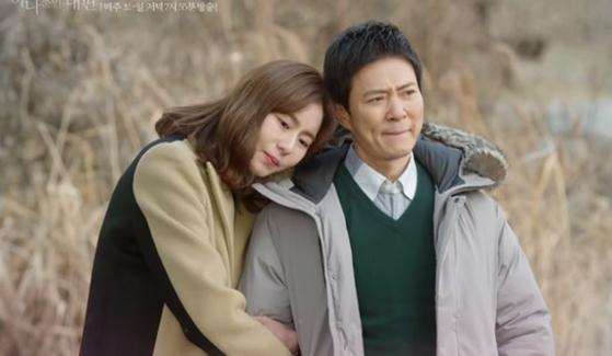 KBS2 주말드라마 '하나뿐인 내편'의 한 장면. 수일(최수종)은 28년 만에 친딸 도란(유이)을 만나 행복한 시간을 보낸다. [사진 KBS]
