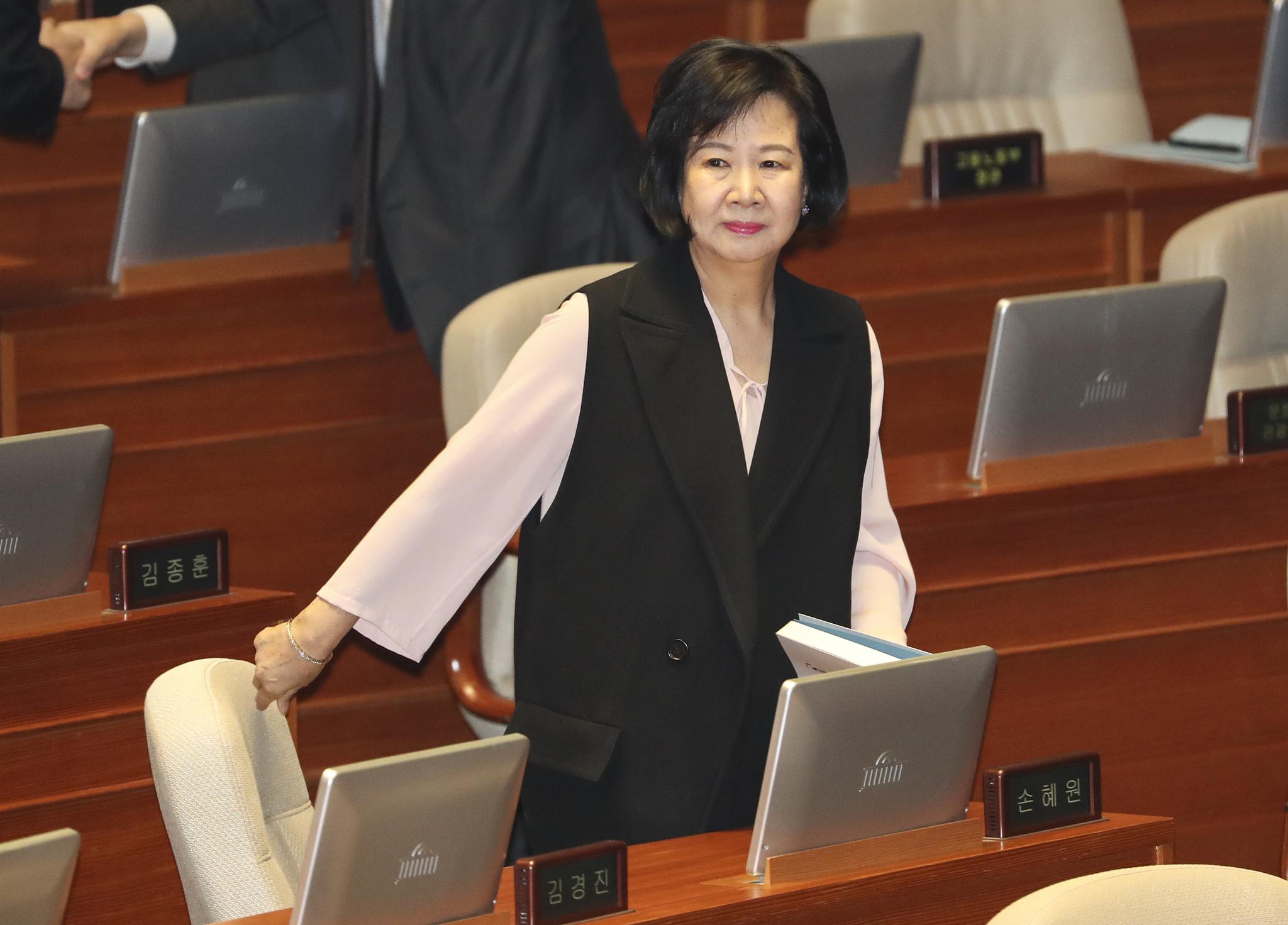 손혜원 무소속 의원이 11일 오전 국회 본회의장에서 열린 홍영표 민주당 원내대표의 교섭단체 대표연설에 참석하고 있다. 임현동 기자