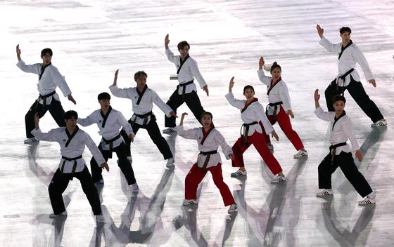 지난해 평창 겨울올림픽 개회식 식전 행사에서 남북 태권도 시범단이 평창 올림픽 스타디움에서 합동 공연을 펼치고 있다. [중앙포토]