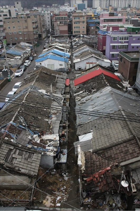 개발과 보존을 놓고 논쟁 중인 줄사택. 여전히 거주하는 시민이 있는 곳이지만 그냥 놔두기에 보존 상황이 좋지 않고 주변의 반대도 심하다. [중앙포토]