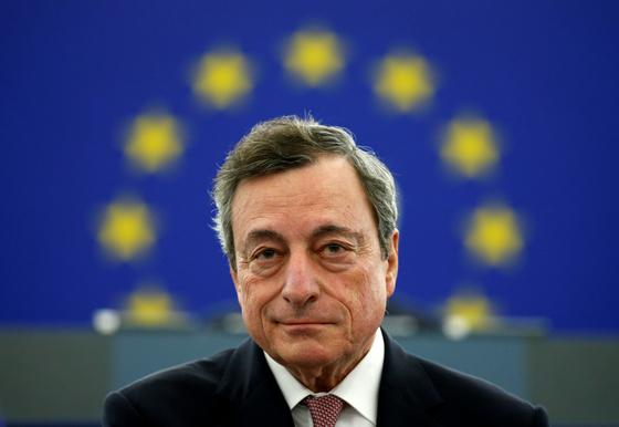 마리오 드라기 유럽중앙은행(ECB) 총재가 이끄는 ECB는 7일 연내 금리 인상 계획을 철회하고 양적완화 정책을 고수하기로 했다. 미·중 무역전쟁, 브렉시트 등에 따른 경기 둔화에 대응하기 위해서다. [로이터=연합뉴스]