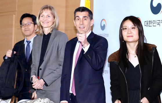 넥메틴 타르한 페이지오글루(Necmettin Tarhan Feyzioglu) IMF 한국 미션단장이 12일 오후 서울 종로구 세종대로 정부서울청사에서 언론브리핑을 갖고 연례협의 주요 결과를 발표하고 있다.페이지오글루 단장이 취재진을 가리키고 있다. 변선구 기자 20190312