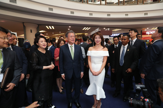 말레이시아를 국빈 방문한 문재인 대통령이 12일 쿠알라룸푸르 원우타마 쇼핑몰에서 열린 한-말레이시아 한류-할랄 전시회를 둘러 보고 있다. 강정현 기자