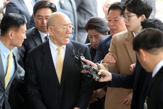 전두환 전 대통령이 11일 광주지법에 도착한 직후 취재진의 질문에 날 선 반응을 보이고 있다. 프리랜서 장정필