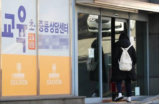 지난해 초·중·고교생 1인당 사교육비가 2007년 조사 시작 이후 최고치를 기록했다. 사진은 서울 강남구 대치동 학원가 모습. [연합뉴스]