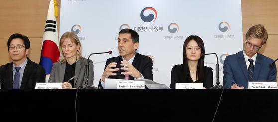 넥메틴 타르한 페이지오글루(Necmettin Tarhan Feyzioglu) IMF 한국 미션단장을 비롯한 IMF 한국미션단이 12일 오후 서울 종로구 세종대로 정부서울청사에서 언론브리핑을 갖고 연례협의 주요 결과를 발표하고 있다. 왼쪽부터 이동렬 아태국 연구원, 시그뉘 코로그스트럽 조사국 국장 자문관, 넥메틴 타르한 페이지오글루 한국미션단장, 루이 수, 닐스 제이코브 한센 아태국 연구원. 변선구 기자 20190312