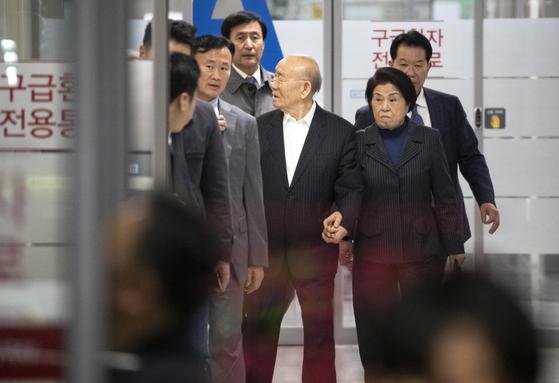 전두환 전 대통령이 11일 오후 서울 세브란스병원 응급진료센터에서 나서고 있다. [연합뉴스]