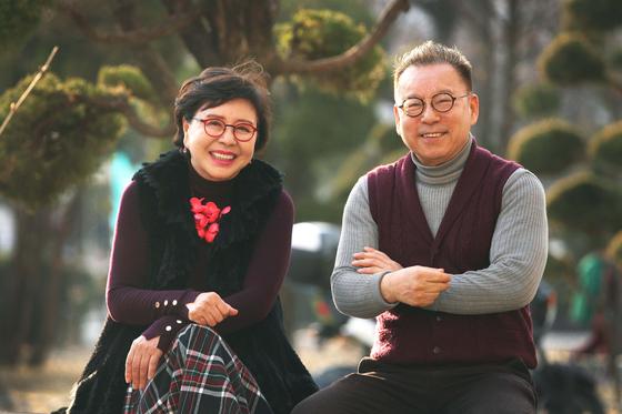연극 '아버지의 다락방'에서 노년 부부 역할을 하는 배우 김형자(왼쪽)와 안병경. 7일 서울 인덕대에서 연습을 하던 중 잠깐 짬을 내 사진을 찍었다. 오종택 기자