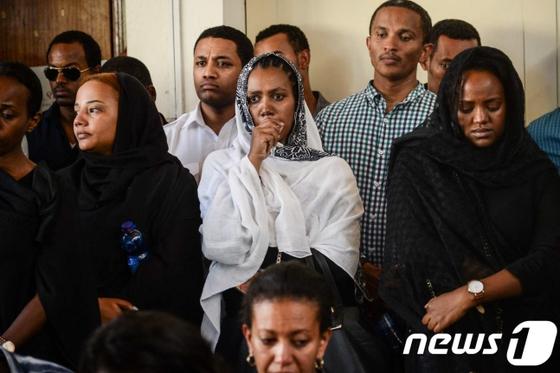 지난 10일 오전 에티오피아를 떠나 케냐 나이로비로 향하다 추락한 보잉737 맥스8 희생자 가족들. [AFP=뉴스1]