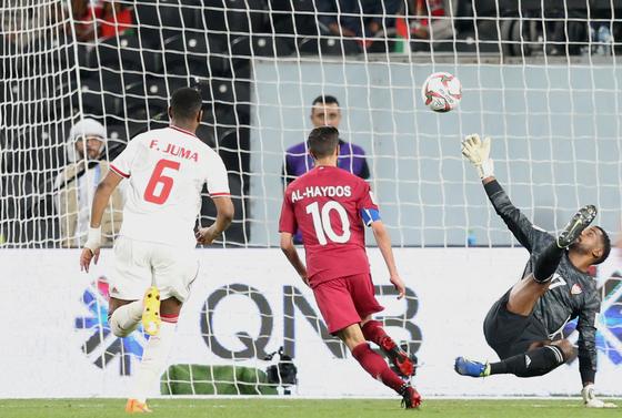 카타르의 알 하이도스가 UAE와 아시안컵 4강전에서 팀의 세 번째 골을 터뜨리고 있다. [EPA=연합뉴스]