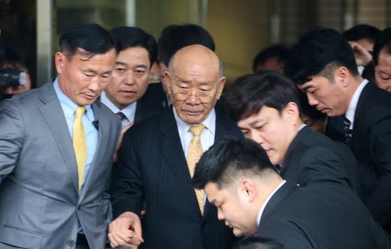 고(故) 조비오 신부 사자명예훼손 혐의를 받고 있는 전두환씨가 11일 재판을 받은 후 광주 동구 광주지방법원에서 나가고 있다. 프리랜서 장정필