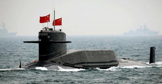2009년 4월 전략 핵 미사일을 탑재한 중국 핵 잠수함 '창정 6호'가 산둥성 칭다오 앞바다에서 군 통수권자인 후진타오 前 국가주석의 사열함 앞을 지나고 있다. 멀리 희미하게 보이는 선박들은 이날 열린 중국 해군 창설 60주년 기념 열병식에 초청된 외국 군함들이다. [사진: 중앙포토]