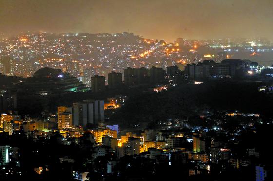 베네수엘라 정전 사태가 회복 중이지만 여전히 대부분 지역의 전력공급이 끊긴 상태다. 사진은 10일 카라카스 시내 풍경. [EPA=연합뉴스]