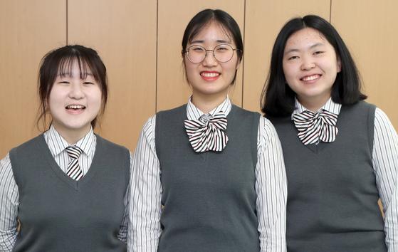 저소득층 여자아이들에게 생리대를 지원하기 위해 크라우드펀딩을 통해 직접 디자인한 배지와 키링을 판매해 1800만원 펀딩에 성공한 선유고등학교 페르보르 동아리 학생들. 최정동 기자