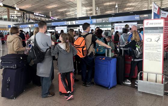 11일 중국 베이징국제공항에서 체크인 카운더에서 기다리는 승객들. 중국 항공당국은 모든 중국 항공사의 '보잉 737 맥스 8' 여객기 운항 중지 명령을 내렸다. 승객들 사시에서 이 기종 탑승에 대한 공포감이 퍼지고 있다. [UPI=연합뉴스]