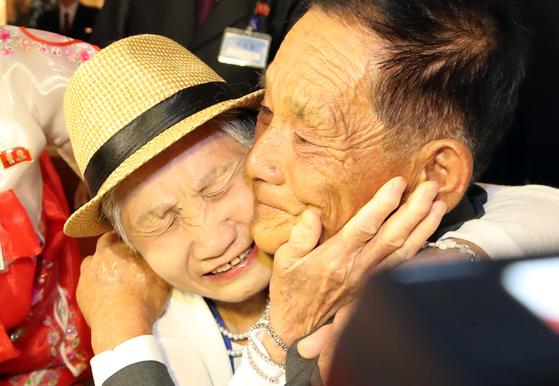 지난해 8월 20일 금강산호텔에서 열린 제21차 남북 이산가족 단체상봉 행사에서 남측 이금섬(92)할머니가 아들 리상철(71)을 만나 기뻐하고 있다.[뉴스1]