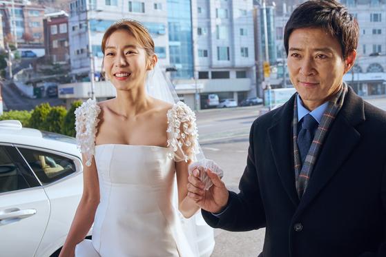 드라마 '하나뿐인 내편'에서 28년 만에 친딸 도란(유이)을 만난 아버지 수일(최수종)은 살인 전과가 드러나며 큰 시련을 겪는다. [사진 DK E&M]