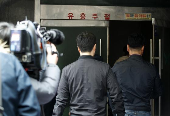 경찰이 10일 서울 강남구 클럽 아레나를 압수수색하고 있다. [뉴스1]