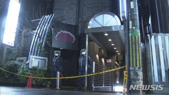 일본 경찰이 지난 11일 총격 사건이 발생한 일본 오사카에 있는 한 인터넷 불법 카지노가 위치한 건물 앞을 통제하고 있다. [NHK 홈페이지 캡처=뉴시스]