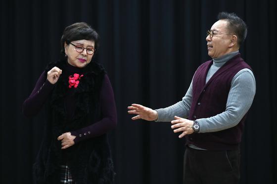 연극 '아버지의 다락방' 연습을 하고 있는 배우 김형자(왼쪽)·안병경. 부부 싸움을 하는 장면이다. 공연은 19~31일 서울 정동 세실극장에서 한다. 오종택 기자