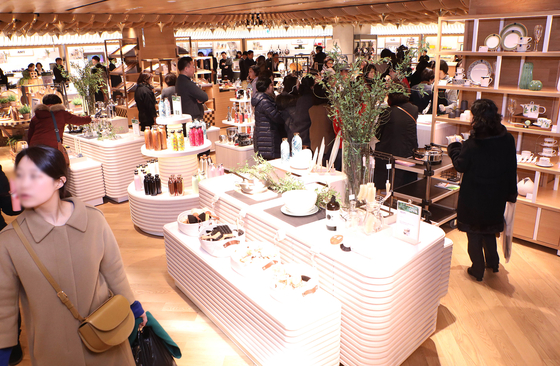 소비자들이 서울 시내 백화점 내부를 둘러보며 쇼핑을 하고 있다. [중앙포토]