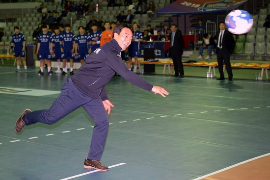 김상호 하남 시장이 지난해 11월 2일 열린 SK 핸드볼코리아리그 개막전에서 시구를 하고 있다. 대한핸드볼협회