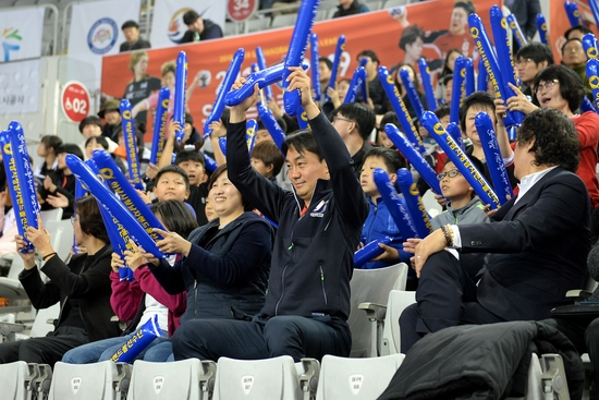 김상호 하남 시장이 지난해 11월 2일 하남시청의 창단 첫 경기가 열린 서울 SK핸드볼경기장을 찾아 관중석에서 응원을 하고 있다. 대한핸드볼협회