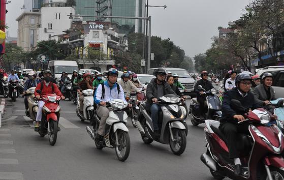 지난 2월 28일 북미 정상회담이 열린 베트남 하노이 중심가 디엔비엔푸 거리에서 오토바이들이 일제히 출발하고 있다. 남정호 기자