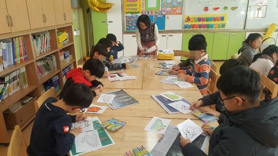 대구의 한 초등학교 돌봄교실에서 돌봄전담사가 학생들과 그림그리기를 하고 있다. [사진 신천초 돌봄전담사 제공]
