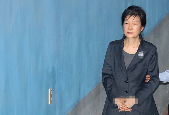 박근혜 전 대통령이 지난해 10월 10일 오전 서울 서초구 서울중앙지방법원에서 열린 '592억 뇌물' 관련 78회 공판에 출석하고 있다.[뉴스1]