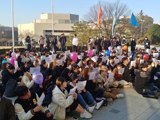 12일 오후 17시 서울대 본관 앞에는 A교수 파면을 위한 첫 공동행동 집회가 열렸다. 박해리 기자