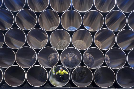 독일이 적극 추진하는 러시아산 천연가스 가스 파이프라인 '노르트스트림2'에 쓰일 파이프라인들이 독일 북부 항구도시 사스니츠의 야적장에 쌓여있다. 노르트스트림2는 서유럽의 원활한 천연가스 공급을 위해 발트해를 지나는 가스관의 공급량을 기존의 2배로 늘리는 사업이다.[AP=연합뉴스]