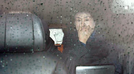 11일 전두환 전 대통령 부인 이순자 여사가 광주지방법원에서 재판을 마치고 차량에 탑승하고 있다. [연합뉴스]
