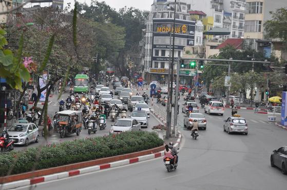 지난달 28일 베트남의 수도 하노이 중심가에서 오토바이들이 한꺼번에 쏟아져 나오고 있다. 남정호 기자