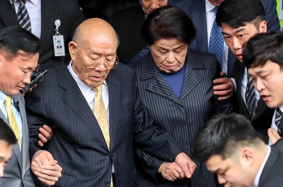 전두환 전 대통령이 11일 오후 광주지방법원에서 열린 공판을 마치고 부인 이순자 씨의 손을 잡고 나서고 있다. [뉴스1]