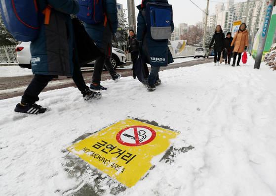 '학교 주변 금연 거리'로 시범 지정된 서울 노원구 한 초등학교 앞을 시민이 걷고 있다. [연합뉴스]