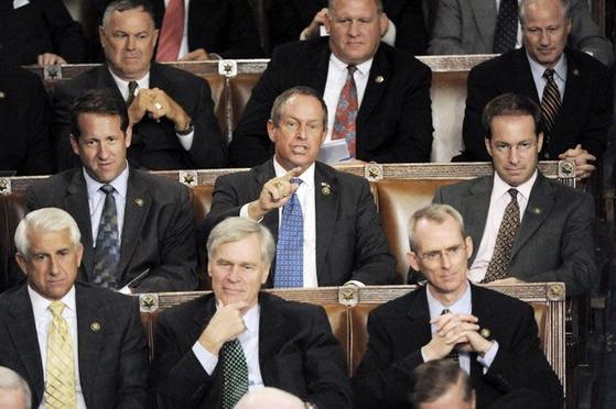 오바마 대통령의 연설 도중 조 윌슨 하원의원(사우스 캐롤라이나.가운데)이 손가락을 들며 거짓말이라거 말하고 있다. [AP=연합뉴스]