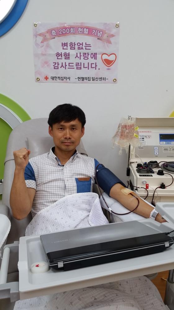 유영진씨는 2015년 110장의 헌혈증서를 한국백혈병소아암협회에 기증했다. [사진 고양도시관리공사]