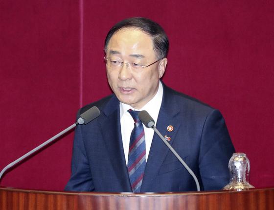 [뉴스분석] 취임 100일 '경제 사령탑' 홍남기號 '좌충우돌' 현안과 과제
