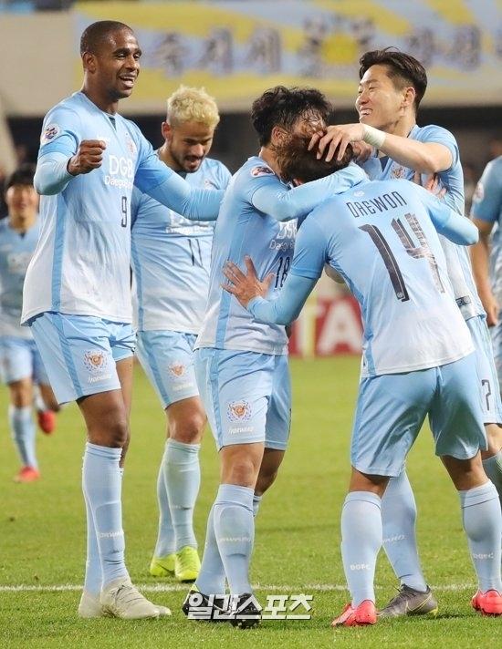 김대원(14번)이 12일 열린 2019 ACL 조별예선 광저우와의 경기에서 쐐기골을 넣고 팀원들의 축하를 받고 있다. 사진=양광삼 기자