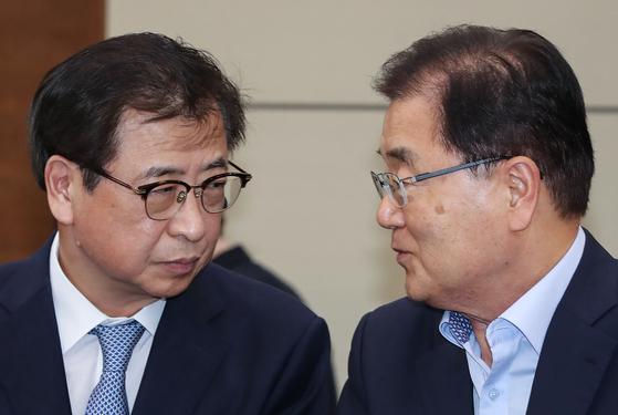 정의용 청와대 국가안보실장(오른쪽)과 서훈 국정원장. 연합뉴스