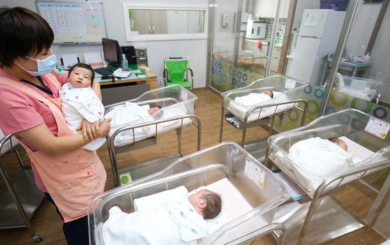 지난 5일 전남 해남군 해남읍 공공산후조리원에서 간호사가 신생아들을 돌보고 있다. 프리랜서 장정필