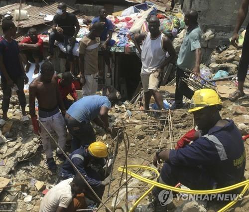 나이지리아 라고스의 건물붕괴 현장. [AP=연합뉴스]