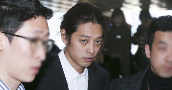 성관계 동영상 불법 촬영과 유포 혐의를 받고 있는 가수 정준영이 14일 오전 서울 종로구 서울지방경찰청 광역수사대에 피의자 신분으로 출석하고 있다. 최정동 기자
