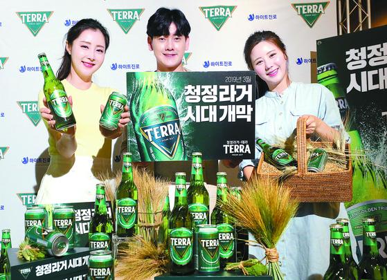 13일 서울 중구 웨스틴조선호텔에서 모델들이 하이트진로의 신제품 '테라'를 선보이고 있다. [뉴시스]