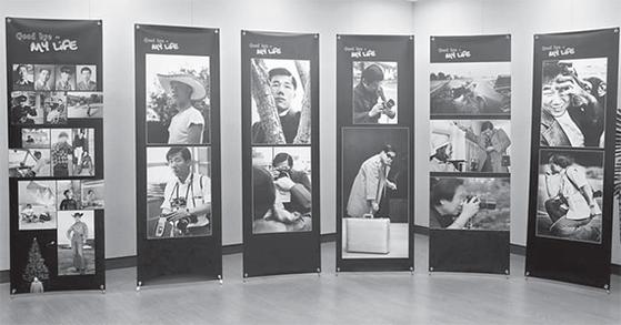 사진가 에드워드 김의 빈소에 고인의 생전 모습과 직접 촬영한 사진이 전시돼 있다. [신인섭 기자]