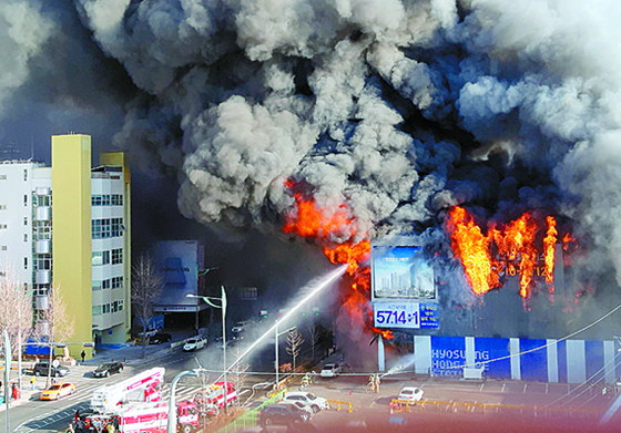 13일 오후 서울 불광역 지하철 3호선 인근 모델하우스에서 화재()가 발생해 북한산으로 번졌다. [뉴시스]