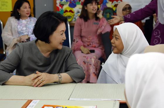말레이시아를 국빈방문 중인 문재인 대통령 부인 김정숙 여사가 14일 오전(현지시간) 말레이시아 쿠알라룸푸르 스리푸트리 여자 과학 중등학교를 방문, 현지 학생들과 한국어 수업을 함께 듣고 있다. 연합뉴스